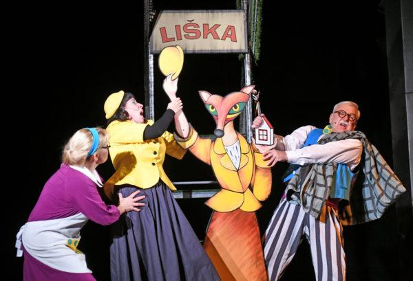 Kateřina Höferová (uprostřed) jako dealerka firmy Liška i s reklamou a stánkem. Foto: Jef Kratochvil