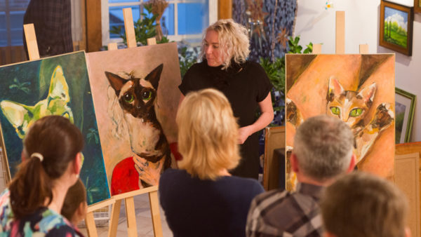 Romana, její Autoportrét (na snímku vlevo) a další ZeMěKočky. Foto: Tomáš Picka
